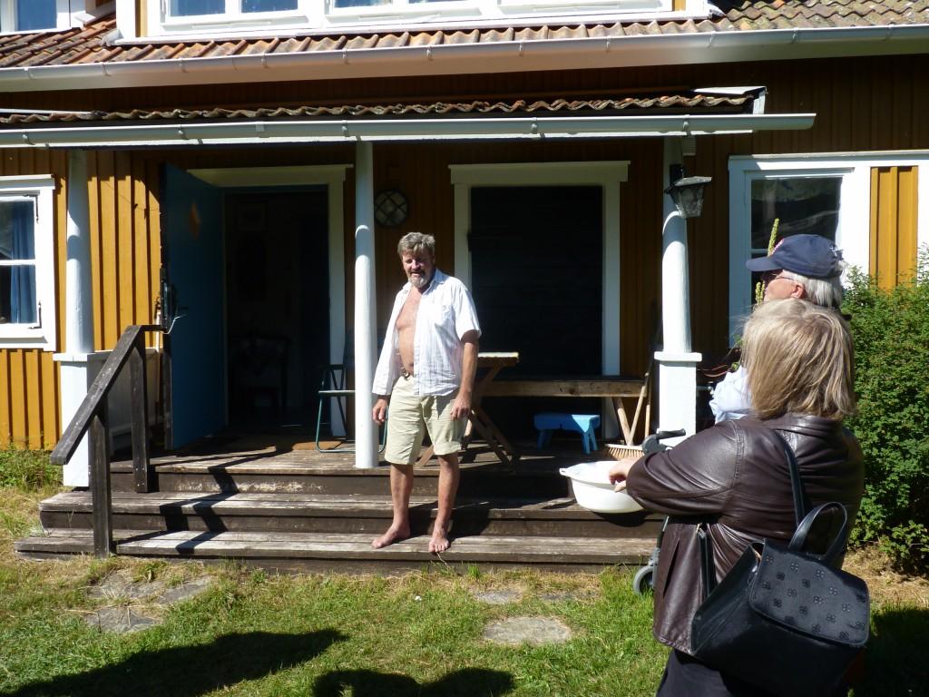 Foto Anders Djerf  som guidar oss i Harald Lindbergs atelljé