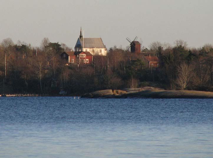 Foto av Arholma kyrka och kvarn