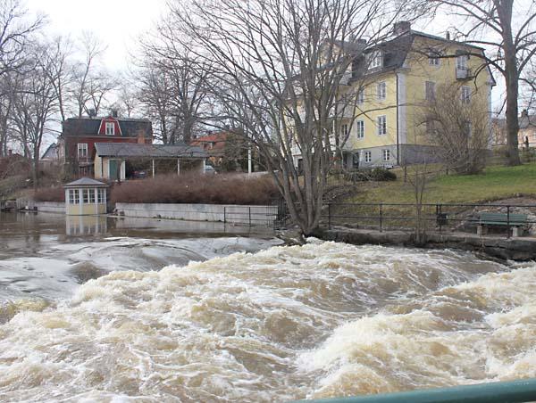 Foto av Norrtäljeån med högt vattenstånd.
