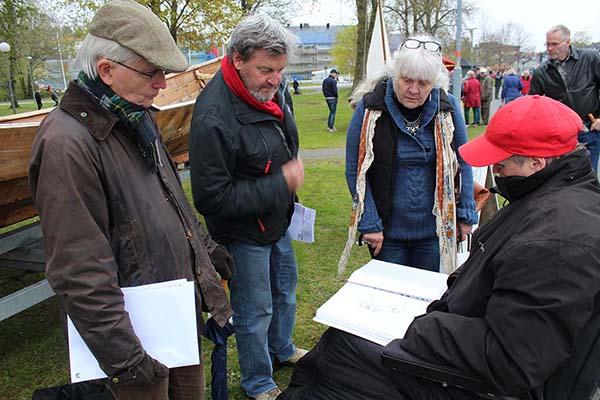 Ingela Jansson berättar för Lars-Gunnar Wallin, Anders Djerf och Sonia Rasmussen om Sjuhundraleden. Foto: Eva Ekeroth