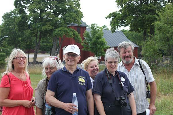 Foto av Eva Ekeroth, Sonia Rasmussen, Lars-Gunnar Wallin, Eivor Larsson, Anette Hallsenius och Anders Djerf framför Singö kyrka