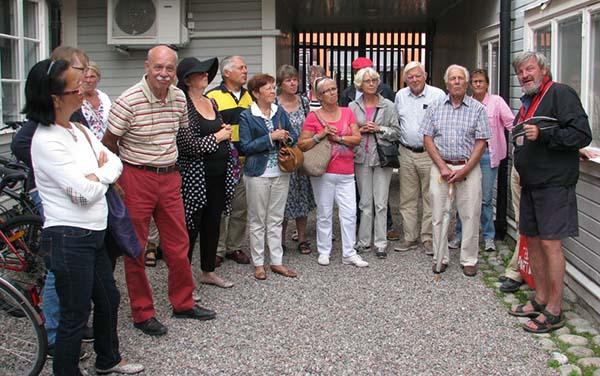 Foto av grupp som guidas av Anders Djerf på Brantens gård.