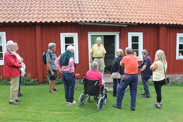 Pelle Signal från Länna hembygdsförening visar guiderna runt. Fotograf Peter Ekeroth
