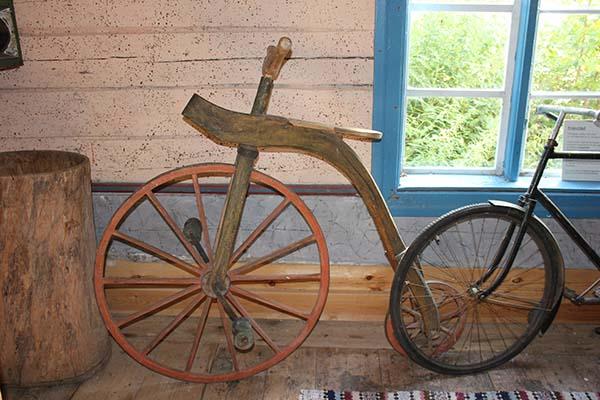Foto av gamla, välbevarade cyklar på Kvarngården. Fotograf Peter Ekeroth.