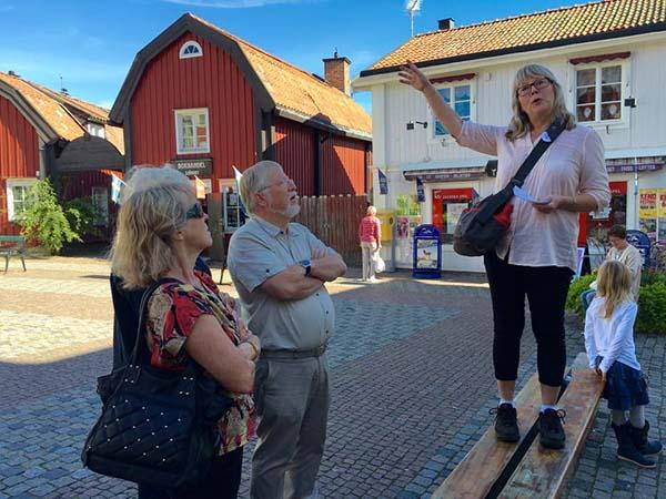Foto av Eva Ekeroth som visar Lilla Torget i Norrtälje för kollegor från Sigtuna.