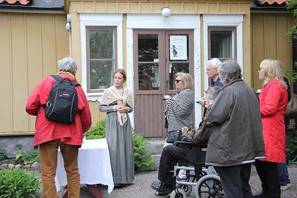 Foto av Sara Heine som guidar Norrtäljeguider på besök i Sigtuna. Fotograf Peter Ekeroth