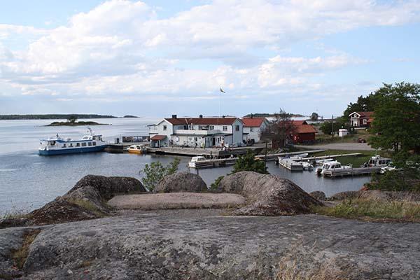 Foto av ångbåtsbryggan och skärgårdsbåten Monsun.