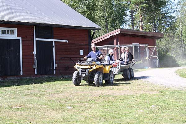 Foto av guiderna som åker fyrhjuling till Simesgården.