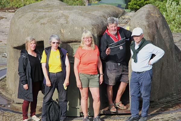 Några av föreningens guider, Eivor Larsson, Anette Hallsenius, Eva Ekeroth, Anders Djerf och Lars-Gunnar Wallin, på besök på Arholma. Foto: Peter Ekeroth.