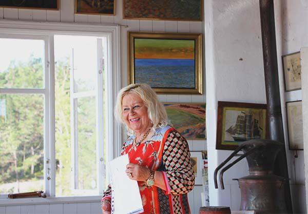 Foto av Seija Rahm som berättar om Albert Engström. Foto: Peter Ekeroth.