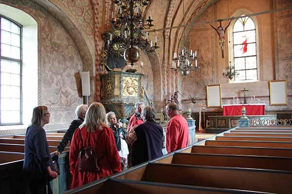 Foto av guiderna i Vätö kyrka.