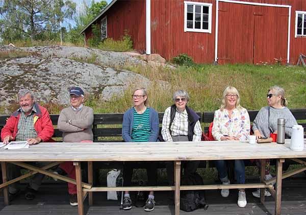 Foto av guiderna som fikar vid Norrvikens båtvarv.