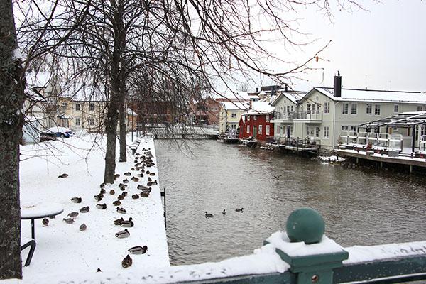 Foto av Norrtäljeån med snö på kajen.