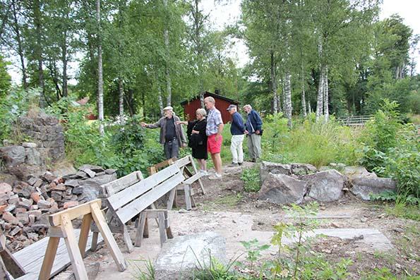 Ola Hjelm visar oss runt på Skebo bruk. Här vid brukets utgrävning.