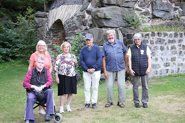 Guiderna Ingela Jansson, Eva Ekeroth, Eivor Larsson, Lars-Gunnar Wallin, Anders Djerf och Anette Hallsenius framför Edsbro masugn.
