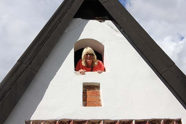 Från stigluckan vid Edsbro kyrka provar Eva Ekeroth att predika för folket, eller åtminstone för guide-kollegorna.